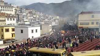 Thousands pray at Ganden Sumtsenling Monastery