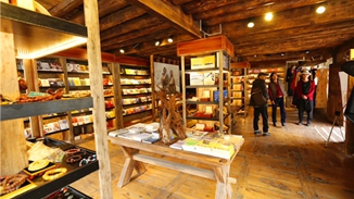 Thangka center in Shangri-La popular among visitors