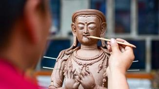 Tibetan craftsman keeps ancient art alive with clay figurines