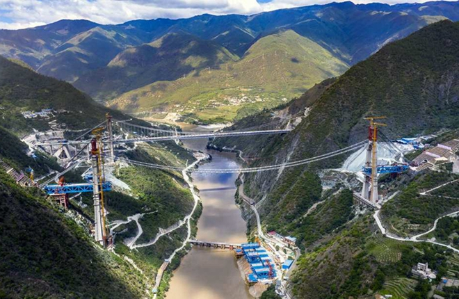 First steel girder fixed on bridge of Lijiang-Shangri-La railway