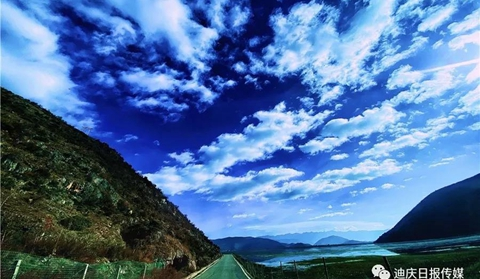 White clouds float in the clear sky over Shangri-La