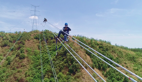 """""""Dancers"""" on 100-meter-high power lines in central Yunnan"""
