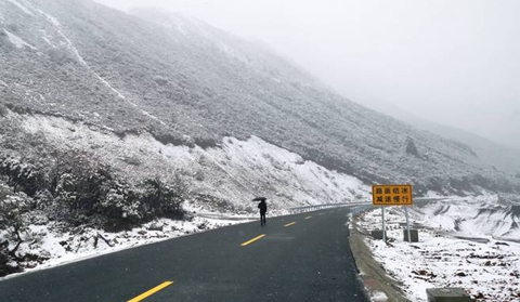 Season's first snow comes to Diqing