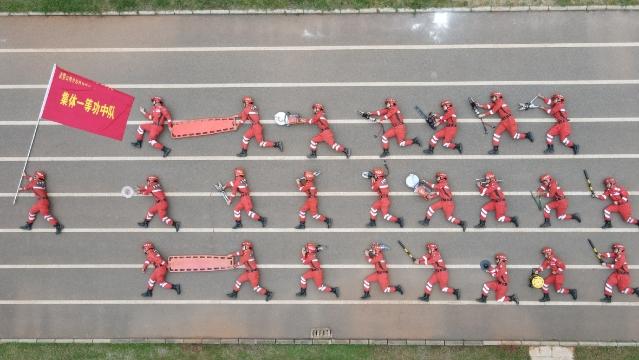 Yunnan police take creative photos to mark colleagues' discharge